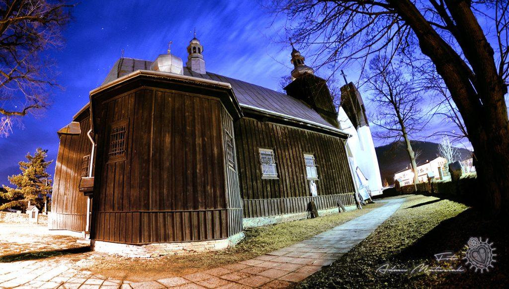 Kościół pw św Andrzeja w Łukowicy - nocą.