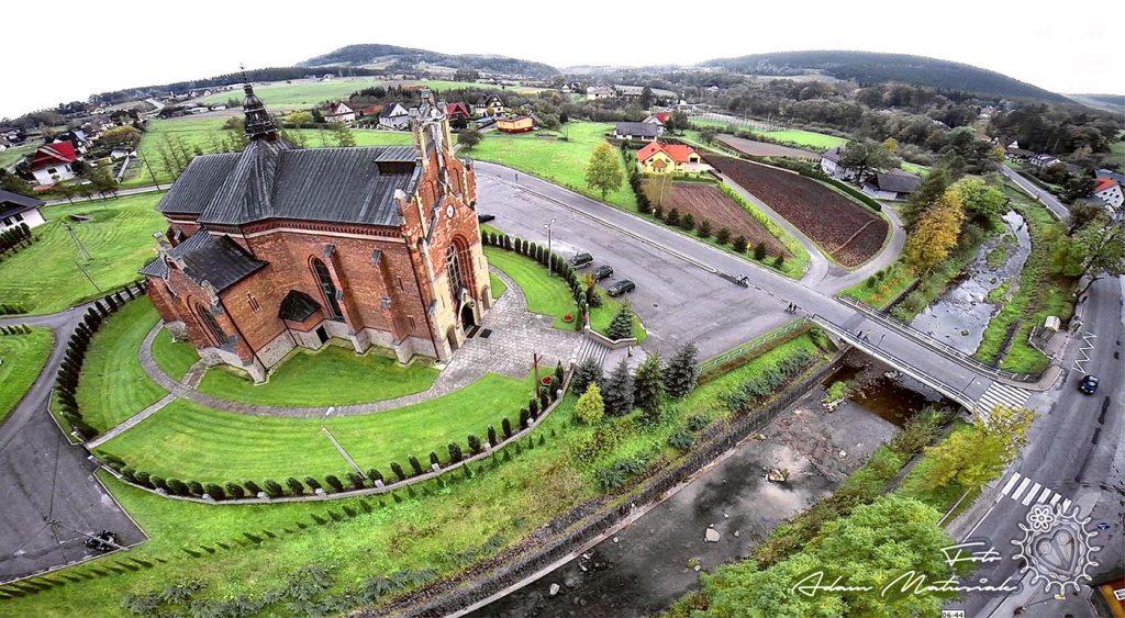 Kościół w Przyszowej z lotu ptaka