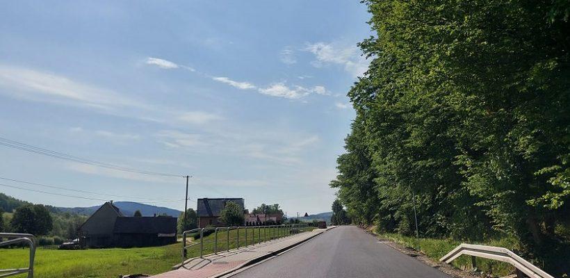 Przyszowa-Berdychów-warstwa wiążąca i chodnik dł. 2 km.