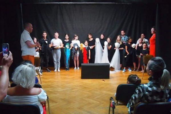 Występ dzieci i młodzieży w ramach projektu KulTOURka